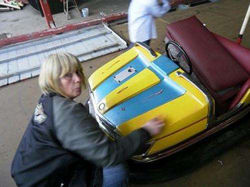 Hier poliert Astrid eine Mercedes-Chaise auf hochglanz.
